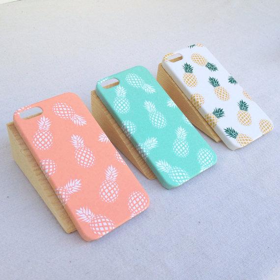 tres carcasas de móvil con estampados de piñas