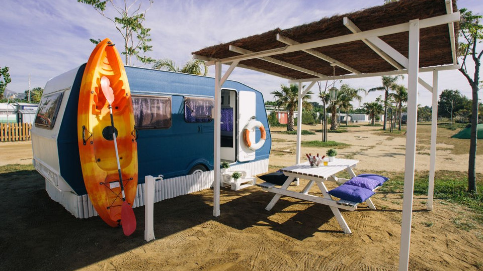 caravana-vintage-azul-playa-2